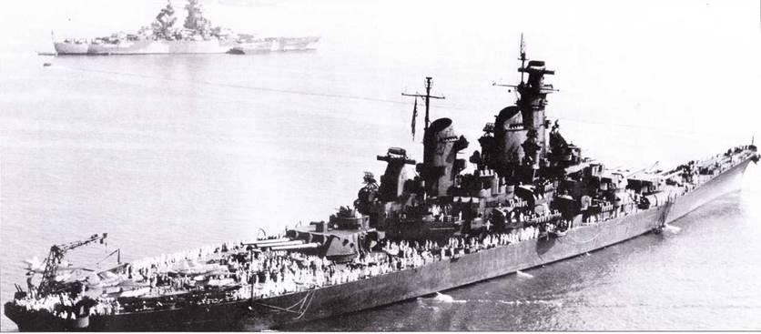 «Нью Джерси» на Хэмптонском рейде, 7 сентября 1945г. Линкор сохранил свою старую окраску Ms. 21. Ни заднем плане — французский линкор «Ришелье», однотипный с «Жан Баром». «Ришелье» только вышел из ремонта. Интересно сравнить внешний вид французского и американского линкоров. «Ришелье», как и «Айова» проектировался без оглядки на ограничения Вашингтонского договора.
