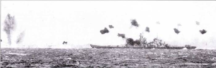 Практически всю свою боевую карьеру скоростные линкоры осуществляли ПВО авианосцев, главным образом — от атак камикадзе. На снимках — «Миссури» ведет огонь по японской авиации, Окинава, 11 апреля 1945г.