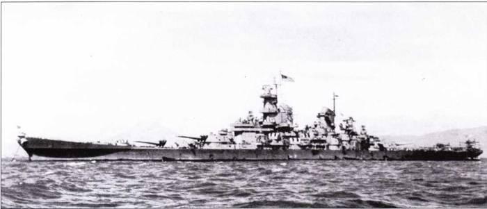 Линкор «Миссури» выбрали в качестве места для подписания Акта о капитуляции Японии. Действо состоялось в акватории Токийского залива 2 сентября 1945г. На заднем плане за линкором просматривается гора Фудзияма. Снимок сделан 30 августа 1945г. Боевая карьера линкора «Миссури» выдалась короткой, полному за ее период никакой модернизации корабль не подвергался. Не изменился даже состав радиолокационного оборудования, зенитная артиллерия также не менялась.