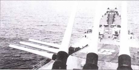 В Корее угрозы с воздуха для американских линкоров не существовало, поэтому корабли в маскировочную окраску не перекрашивались. Линкоры сохранили стандартную серую окраску мирного времени. Фактически, угрозу с воздуха представляли только «дружественные» самолеты. А чего — пилот какого-нибудь палубного джета запросто мог спутать «Нью Джерси» с корейской джонкой. Плавает? Сделаем, чтобы больше не плавала. Именно в расчете на подобных «асов» на палубы линкоров крупно нанесли номера, а на крышах башен главного калибра № I всех четырех линкоров появились изображения флагов США. Снимок сделан 7 февраля 1951г.