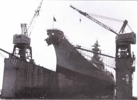 Огромный сухой док AFDB-I отбуксировали на Гуам, чтобы создать передовую ремонтную базу для линкоров типа «Айова». В доке — линкор «Висконсин», апрель 1952г. Видна характерная для американских линкоров носовая бульба.
