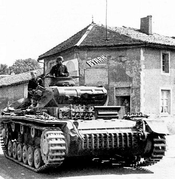 Живое воплощение блицкрига — PanzerIII Ausf.E на дорогах Франции. Май 1940 года.