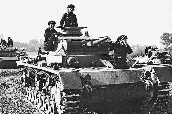Pz.III Ausf.D. Польша, сентябрь 1939 года. Теоретически механик-водитель и стрелок-радист могли пользоваться для посадки в танк люками доступа к агрегатам трансмиссии. Однако совершенно очевидно, что в боевой обстановке сделать это было практически невозможно.