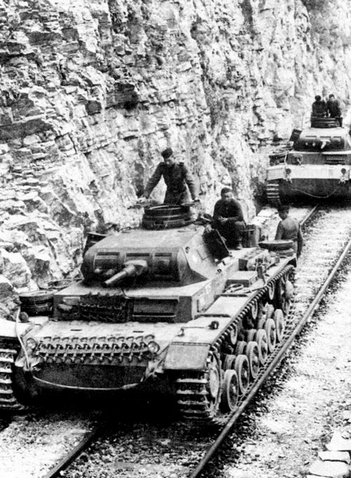 Колонна танков Pz.III Ausf.E из состава 2-й танковой дивизии движется по железнодорожным путям в горной местности. Греция, май 1941 года.