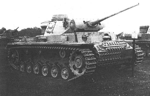 Pz.III Ausf.L в экспозиции музея на Абердинском полигоне в США. Хорошо видно дополнительное бронирование корпуса и башни. Обращают на себя внимание дымовые гранатомёты на башне, формально устанавливавшиеся, начиная с модификации М.