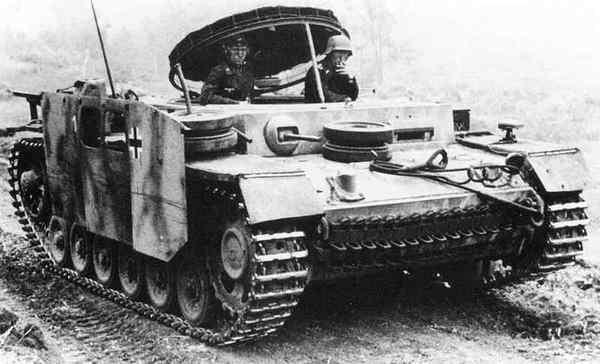 После демонтажа башни часть танков переоборудовали в подвозчики боеприпасов MunitionsschlepperIII.