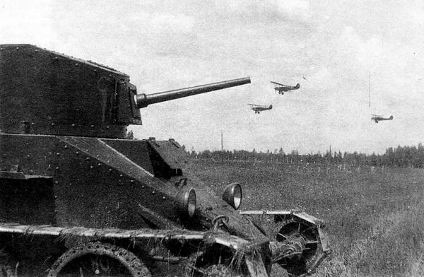 БТ-2 с пушечным вооружением. Манёвры мехбригады имени К.Б.Калиновского. 1933 год.