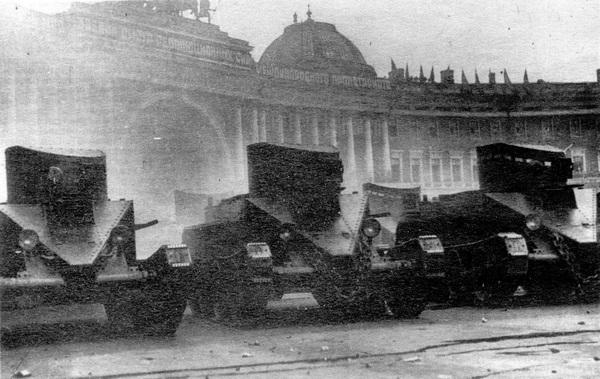 БТ-2 без пушек перед парадом на площади Урицкого в Ленинграде. 1 мая 1935 года.