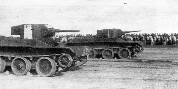 Танки БТ-5 на параде по завершении манёвров. На переднем плане машина с клёпаной башней, на заднем — со сварной. Минск, 1936 год.