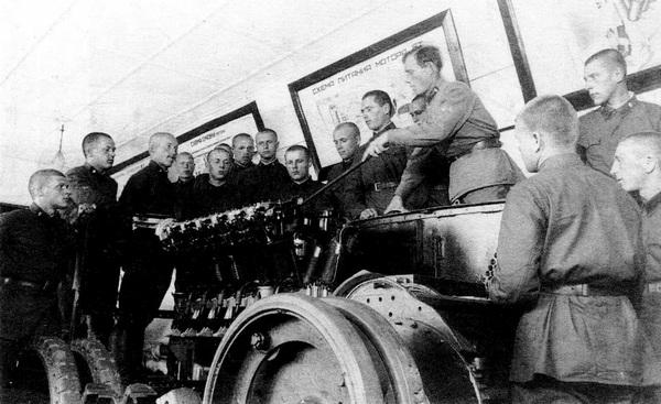 Занятия по изучению двигателя М-5 в одной из воинских частей Московского военного округа. 1935 год.