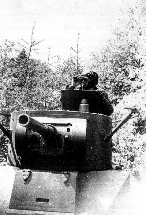 Башня танка БТ-5 с поручневой антенной радиостанции 71-ТК-1.