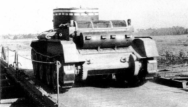 Вид сзади на танк БТ-5. На кормовом листе корпуса установлен глушитель выхлопа.