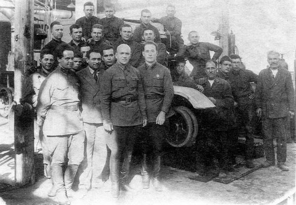 Участники постройки танка БТ-ИС. В первом ряду слева — Н.Ф.Цыганов.