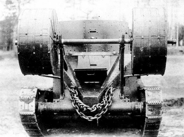 Танк БТ-5, оборудованный устройством для перевозки и сброса фашины.