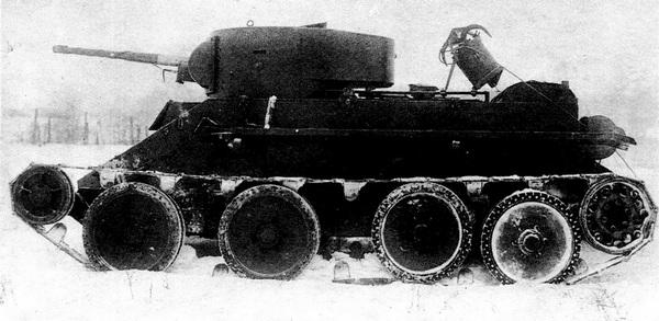Серийный БТ-5 с установленным на крыше моторного отделения устройством для растаскивания проволочных заграждений. Кошка, снабжённая тросом, выстреливалась при помощи порохового заряда.