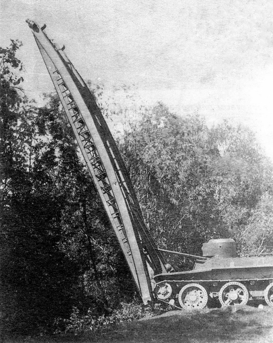Танк-мостоукладчик СБТ. Хорошо видна башня от танка Т-38.