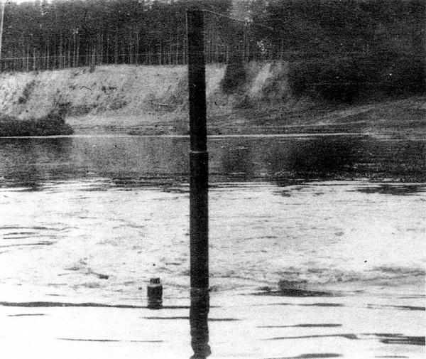БТ-ПХ преодолевает по дну водную преграду.