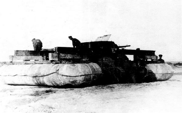 БТ-5 с резиновыми понтонами перед преодолением вплавь Татарского пролива. 1935 год.