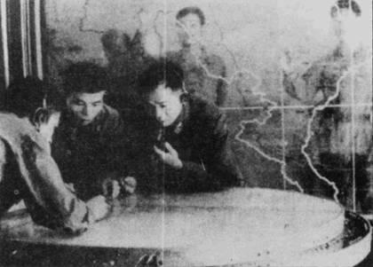 Опытный офицер наведения истребителей Нгуен Ван Ччайен (с микрофоном в руке) оценивает воздушную обстановку и управляет действиями истребителей МиГ-19 по отражению налета американской авиации.