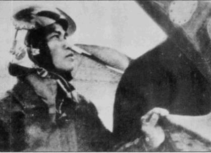 Три летчика со схожими именами служили в 925-м истребительном авиационном полку: Нгуен Хонг Сон, Фам Ханг Сон и Нгуен Ханг Сон. Их часто называли «Сон А», «Сон В» и «Сон С». Все трое успешно дрались с американцами, став самыми известными летчиками вьетнамских МиГ-19. На снимке — Нгуен Хонг Сон (Сон А), он сбил «Фантом» 8 мая 1972г. над Йенбай, по американским данным, однако, победа Сона А не подтверждается. Через два дня МиГ-19 Нгуен Хонг Сона был по ошибке сбит ракетой зенитно-ракетного комплекса системы ПВО ДРВ. Летчик катапультировался, но скончался в госпитале от полученных ран. Летчики «Фантомов» после воздушного боя 10 мая 1972г. рапортовали о семи сбитых МиГ-17 и четырех МиГ-19. На самом деле ни один Ми Г-19 экипажи американских истребителей не сбили.