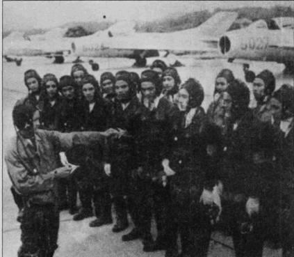Впервые летчики 925-го истребительного авиаполка вступили в бой с американскими самолетами в начале мая 1972г. За май они сбили семь самолетов противника (все идентифицированы как «Фантомы»). Американские данные подтверждают только две победы летчиков 925-го полка. В свою очередь экипажи «Фантомов» ВВС США заявили о трех сбитых в мае МиГ-19, еще два истребителя J-6 сбили экипажи «Фантомов» ВМС США (эскадрильи VF-161).