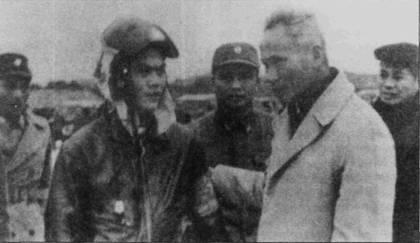 Премьер-министр Вьетнама Фам Ван Донг (справа) беседует с летчиком 925-го истребительного авиационного полка, аэродром Йенбай, середина мая 1972г.