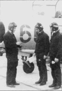 Советский инструктор объясняет курсанту из ДРВ технику правильного захода на посадку, для наглядности используя модель истребителя МиГ-15. Типичной ошибкой новичков при посадке на МиГ-15УТИ являлось превышение посадочной скорости, в результате сильно нагревались пневматики колес, у полосы всегда дежурил пожарный расчет, готовый остудить колеса холодной водой из шланга.