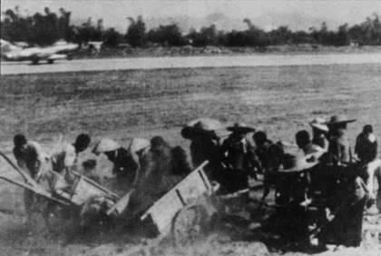 Как и практически все вьетнамские аэродромы, база Кип подвергалась постоянным налетам американской авиации. Так же как и другие базы, Кип усилиям местных жителей и солдат оперативно возвращали в строй. Тысячи людей вручную засыпали землей воронки от бомб и ракет. На снимке — МиГ-17 взлетает с полосы аэродрома Кип, не дожидаясь пока будут засыпаны все воронки на летном поле.