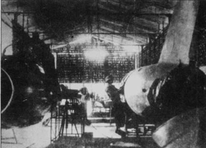 Ремонт поврежденного в бою истребителя Миг-17Ф в построенном из бамбука ангаре. Подобные ангары мало отличались от хижин местных жителей, затрудняя американцам поиск таких мастерских, тем более, что ангары почти всегда строили прямо в деревнях. С другоя стороны, глядя на столь примитивные мастерские легко понять, почемы в ВВС ДРВ процент небоеспособных самолетов был достаточно высоким.