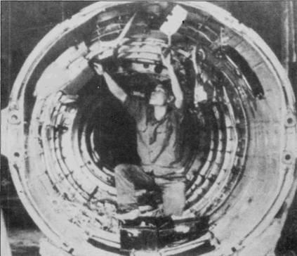 Техник изнутри осматривает состояние силовых конструкций хвостовой части фюзеляжа истребителя МиГ-17, вот когда пригодился небольшой рост вьетнамцев. Снимок сделан в ремонтных мастерских А -33.