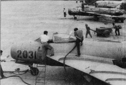 Техники готовят звено истребителей МиГ-17 к очередному боевом вылету, авиабаза Нойбай. Обратите внимание на двух вьетнамцев, которые тащат стартер (тележка на колесах) для запуска двигателя.