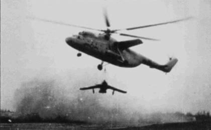 Впечатляющий снимок перевозки истребителя Ми Г-17 вертолетом Ми-6 на внешней подвеске. Такой метод транспортировки самолетов позволял рассредоточить истребители на большом количестве замаскированных площадок в горах. Всего вертолеты Ми-6 вьетнамских ВВС перевозили истребители МиГ- 17 около 400 раз. Расстояние, на которое транспортировали самолеты, порой достигало 30км.