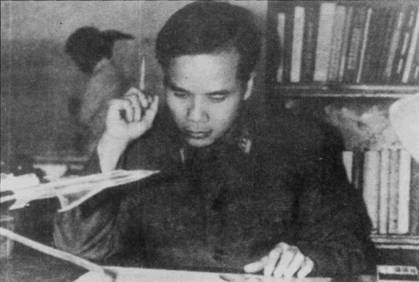 Инженер Труонг Кхань Чау в бытность курсантом Военно-воздушной инженерной академии им. И.Е. Жуковского в Москве. В годы войны под руководством Чау проводились работы по локальной модернизации самолетов Ан-2, МиГ-17, вертолетов Ми-6.