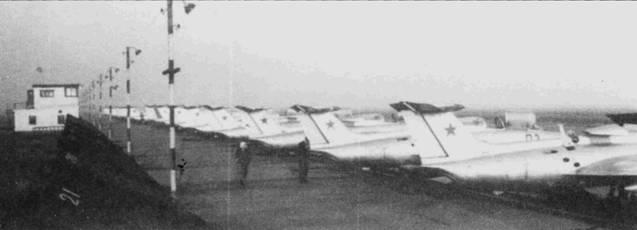 С 1966г. вьетнамские курсанты стали учиться летать на реактивных учебно-тренировочных самолетах L-29 «Дельфин» чешского производства. Каждый должен был налетать на «Дельфине» не менее 80ч, в том числе 10ч ночью.