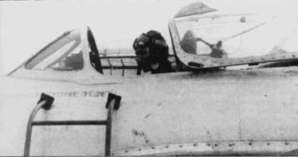 На некоторых истребителях оставались технические надписи на русском языке — надпись на фюзеляже истребителя МиГ-17 ВВС ДРВ ниже козырька кабины заботливо напоминает: «Выложи посторонние предметы». Снимок сделан летом 1964г. В кабине установлено катапультируемое кресло раннего образца, не имевшее защищавших голову летчика створок.
