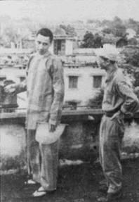 Сомнительная честь стать первым летчиком авиации флота США, попавшим в плен, выпала лейтенанту Эверетту Алварезу из эскадрильи VА- 144 (авиакрыло авианосца «Констеллейшн»). Его штурмовик А-4С «Скайхок» Bu№149578 был сбит вьетнамской зенитной артиллерией 5 августа 1964г. Самолет принимал участие в налете, проводимом в рамках операции «Pierce Arrow». Алварез провел в плену долгие девять лет.