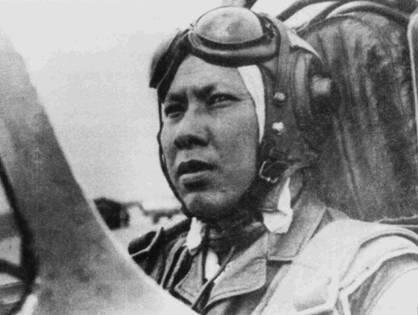Капитан Лам Ван Лич из 921-го истребительного авиаполка. На голове летчика — кожаный шлем, в котором обычно летали на истребителях МиГ-15 (Лич сидит в кабине МиГ-17), из-под шлема выглядывает белый полотняный подшлемник. 3 февраля 1966г. капитан Лич па истребителе МиГ- 17ПФ одержал первую в истории ВВС ДРВ ночную победу на реактивном самолете.