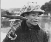 Расчеты прикрывавших аэродром зенитных батарей изучали силуэты самолетов противника. Для наглядности использовались примитивные деревянные модели американских самолетов. В руках молодого вьетнамца нечто, напоминающие истребитель-бомбардировщик F-W5D «Тандерчиф».