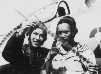 Трап Хань и Фам Нгок Лан изучают пленку фотокинопулемета. Фам Нгок Лан проходил летную подготовку в Китае, он стал первым летчиком, посадившим реактивный самолет на вьетнамский аэродром. Лейтенант Лан командовал звеном в 921-м истребительном авиаполку, он же стал и первым летчиком ВВС ДРВ, сбившим американский самолет. Позже, его отобрали для переучивания на МиГ-21. В апреле 1975г. Лан освоил трофейный легкий штурмовик А-37В «Драгонфлай». На голове Фам Нгок Лана одет летний кожаный шлем СЛ-60, одежда — летный комбинезон цвета светлый хаки.
