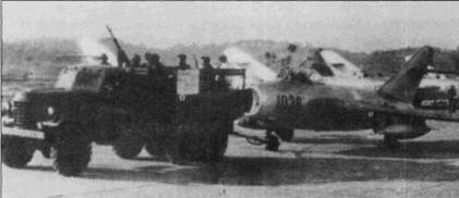 Грузовик ЗиЛ-157К буксирует истребитель МиГ-17 на стоянку. Обратите внимание на смонтированный в кузове грузовика 12,7-мм пулемет ДШК. В Китае выпуск истребителей МиГ-17 под обозначением J-5 был начат в 1955г. Сначала самолеты собирали из комплектующих советского производства, но с 1956г. все основные узлы и агрегаты истребителей, включая двигатели, стали изготавливать в КНР. Внешне отличить МиГ-17 от J-5 весьма и весьма затруднительно.