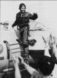 Капитан Тран Хань сфотографирован у борта своего МиГ-17ПФ. Хань стал одним из первых вьетнамских летчиков, прошедших подготовку в Китае. Молодой вьетнамец продемонстрировал незаурядные качества прирожденного пилотажника, благодаря которым сразу же стал командиром звена 921-го истребительного авиаполка ВВС ДРВ. В начале 19066г. Тран Хань получил назначение командиром полка, полком тогда командовал Дао Динь Лаеп. Через 11 лет Хань стал начальником штаба ВВС ДРВ. Хань одет в обычную летную кожаную куртку, из-под которой виден противоперегрузочный костюм ППК- 1 зеленого цвета, обувь — кожаные ботинки черного цвета.