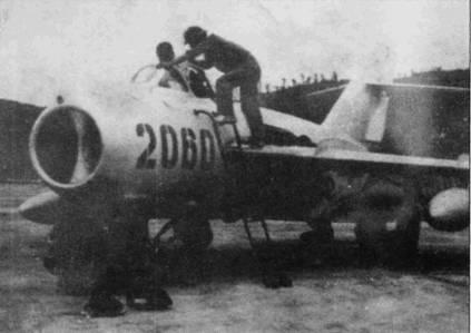 Техники завершают подготовку к вылету самолета МиГ-17 Нго Дак Мая. Май первым в 923-м истребительном авиаполку ВВС ДРВ сбил самолет противника (F-4 «Фантом II») в воздушном бою 4 марта 1966г., правда победа Лича не подтверждается данными американцев.