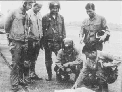 Северо-вьетнамские курсанты обсуждают предстоящий полет на истребителе J-5 (МиГ-17), аэродром Монгту, Китайская Народная Республика.