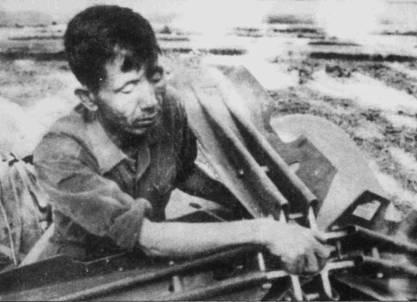 Вьетнамские аэродромы, особенно те, на которых базировались МиГи, являлись наиболее приоритетными целями для американской авиации. Благодаря помощи проживавшему в окрестностях баз населению аэродромы удавалось быстро вводить в строй после налетов. Неразорвавшиеся бомбы удаляли с аэродромов только специалисты-саперы.