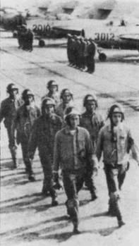 Торжественное построение личного состава истребительного полка ВВС ДРВ, аэродром Нойбай. На летчиках одеты гермошлемы ЗШ-З и кожаные шлемы СЛ-60.