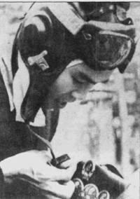 Нгуен Ван Бай прикрепляет к своей кожаной куртке очередную полученную им медаль. Вероятно, что эту награду летчик получил за сбитый им 24 апреля 1967г. «Фантом» (пятая победа в воздушном бою Нгуен Ван Бая). Бай с семью победами стал самым результативным летчиком истребителя МиГ-17 в ВВС ДРВ, он также принимал участие в исторической атаке кораблей 7-го флота ВМС США 19 апреля 1972г.