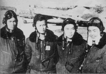 Летчики 923-го истребительного авиационного полка ВВС ДРВ, сбившие 24 апреля 1967г. самолет F-4B, слева направо: Лаа Хай Чао, Ли Хай, Май Дак Тоай и Хоанг Ван Ки. 24 апреля 1967г. вьетнамские истребители сбили в общей сложности три американских самолета. Согласно американским данным «Фантом» Bu№153000 был сбит огнем зенитной артиллерии. Прежде чем попасть в плен, экипаж F-4B в составе летчика лейтенанта Чарлза Саус вика и оператора вооружения энсина Джеймса Лэйнга сбил «Сайдуиндером» МиГ- 17. На следующий день, 25 апреля, тот же «квартет» вьетнамских летчиков сбил над Гиаламом F-105D, американцы опять отнесли сию потерю на счет зенитчиков. Лаа Хай Чао и Ли Хай в составе 923-го полка, летая на МиГ-17, сбили по шесть американских самолетов. Все четверо, запечатленных на фотографии летчиков, одеты в обмундирование советского образца: утепленные куртки серо-синего цвета с черными воротниками из искусственного меха, черные кожаные шлемы СЛ-60.