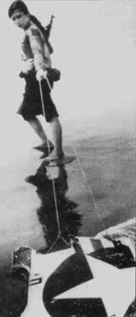 Девушка из милицейского формирования вытаскивает из хайфонской лужи кусок «Скайхока», сбитого 25 апреля 1967г. Возможно — это обломок самолета А-4Е Bu№151102 лейтенанта А. Р. Крибо из эскадрильи VA-212. Этот «Скайхок» сбило то лее самое звено Нгуен Ван Бая. В отличие от Стэкхауса, Крибо повезло — после катапультирования он приводнился в акватории Тонкинского залива, откуда его выловил поисково-спасательный вертолет ВМС США. Американцы считали, что «Скайхок» Bu№151102 был сбит ракетой вьетнамского ЗРК.