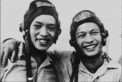 Весной 1967г. семеро летчиков, включая Нгуен Динь Фука (на снимке слева) и Ли Хая, получили награды из рук президента Северного Вьетнама Хо Ши Мина.