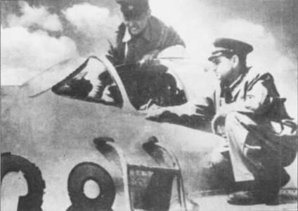 Данг Нгок Нга (над фонарем кабины истребителя МиГ-17) внимательно слушает пояснения советского инструктора А. М. Юрьева, Краснодарский край.